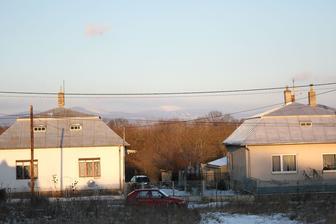 Susedia oproti, tukabel, zasnežený Vihorlat a ďalší tukabel.