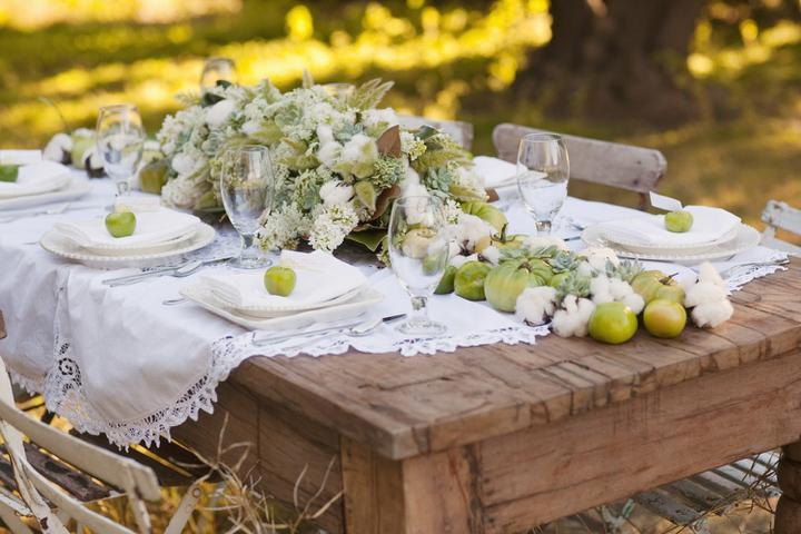 Srpnová svatba - To by bylo krásné posezení :-), krajkové ubrusy mám po babičce :-)