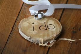 dřevo má něco do sebe :-) ale kácet kvuli svatbě stromy :-)) leda někde nějaký spadlý najít :-)