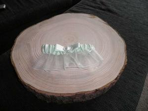 darovaný zelený podvazek a dřevo jako podnos na dort :-))