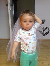 Tadeášek miluje můj závoj :-)