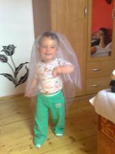 Nevěsta přichází :-) to je můj malý rarach..miluje můj závoj :-)