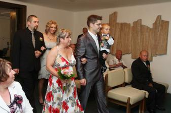 maminka si vede synáčka a svědci jdou za nimi :-)