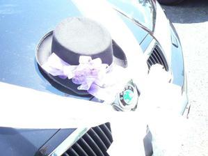ozdobené auto ženicha