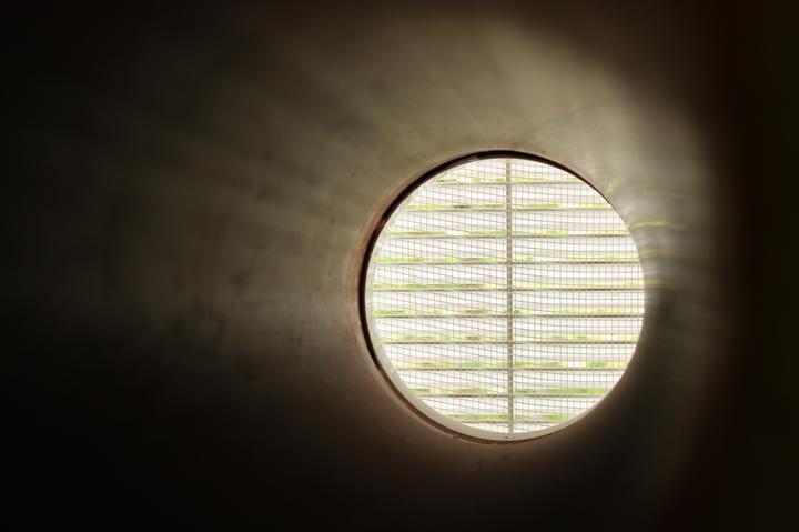 Optimal 1039, Interiér - Nasávanie rekuperácie z exteriéru, PVC rúra Rehau, vonkajšia mriežka so sieťkou