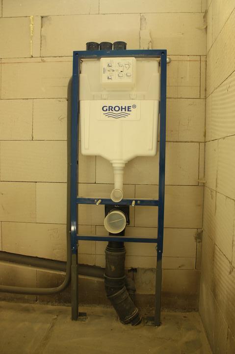 Optimal 1039, Interiér - Závesné WC Grohe. Museli sme predĺžiť nožičky, lebo boli krátke.