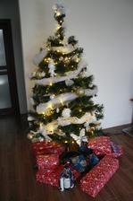 Stromček so všetkými darčekmi.