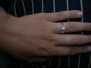 A toto tu, je môj snubný prstienok z bieleho zlata s bielym očkom. Fotka je asi moc tmavá, ale je to môj najobľúbenejší. :-)