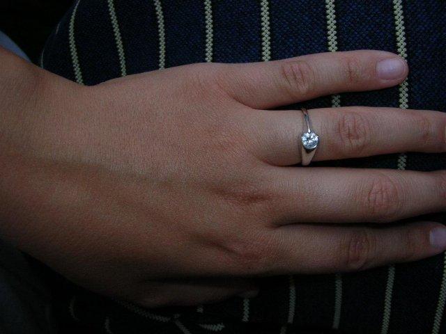 Ako sme našli správne šaty pre princeznú - A toto tu, je môj snubný prstienok z bieleho zlata s bielym očkom. Fotka je asi moc tmavá, ale je to môj najobľúbenejší. :-)