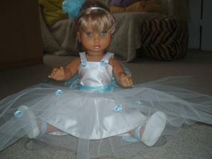 tak jsem nakonec panence ušila nové šaty, tamty se mi zdály hodně přeplácané...