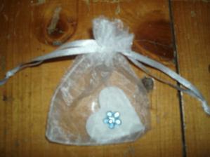dárečky pro svatebčany, keramické srdíčko s kytičkou, která nesmí nikde chybět :-)