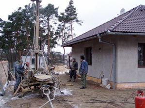 Tak nám 29.1.2009 vrtali studnu...to abychom na jaře mohli zalévat tu naši travičku :-)