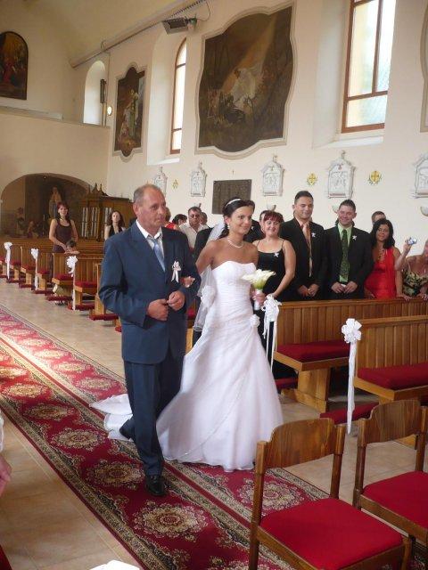 ... otec ma priviedol až k oltáru, kde ma už čakal môj snúbenec