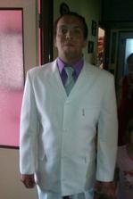 kravata bude čistě bílá, podle názoru některých zde je to nevkusné ale at mi každej vleze na hrb ;-) stojí jak školák co? :-)