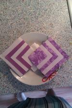 takhle budou poskládány ubrousky, samozřejmě na bílem talíři a na nich bude položena čokoládka