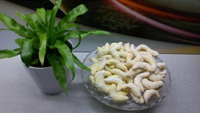 Pudinkové rohlíčky - ty žluté z pudinku vaječný líkér a ty světlejší z vanilkového pudinku