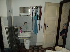 Tu bude v budúcnosti spálňa. Kúpeĺnu presunieme a aj letnú kuchyňu zrušíme a vytvoríme tam spálňu spojenú so šatníkom.