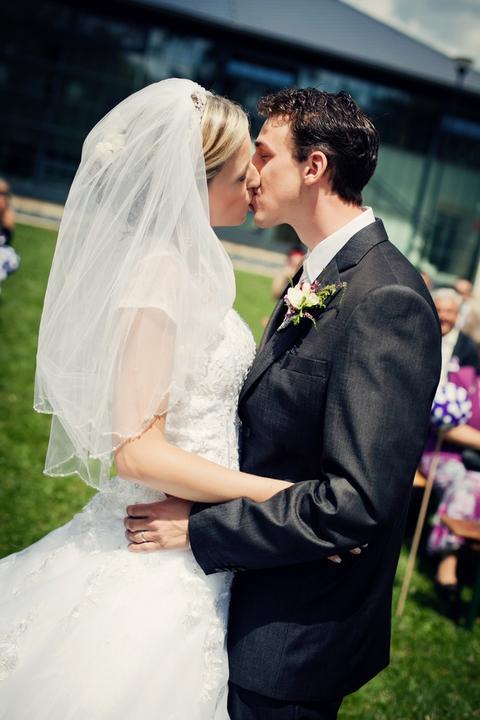 K{{_AND_}}P - 1. novomanželský...ani jsem nevěděla, že se máme políbit..oddávající pozměnil řeč a řekl to dřív (před prstýnkama), když sem byla v tranzu a pak sem byla překvapená, co po mě nastávající chce:-D