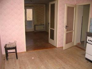 pohled z kuchyně do obýváku, chodbičky