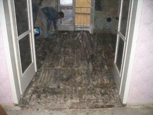 obývák - pod parketama škvára