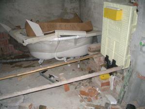 upevňujeme nádrž WC
