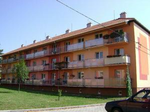 činžák - náš byt (balkon) úplně vpravo nahoře