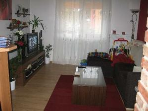 trochu změna v obýváku - tmavý stolík pod TV a stolík u gauče