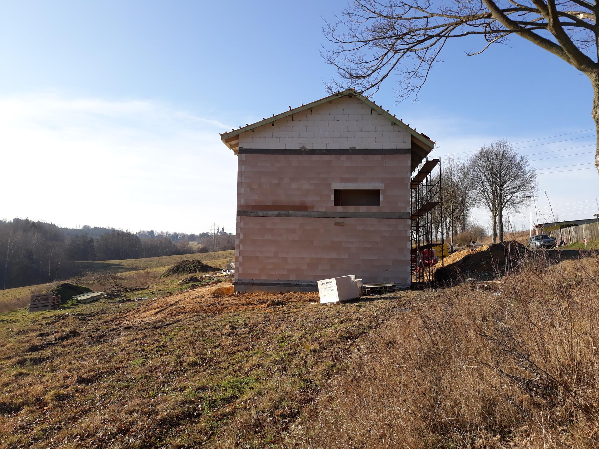 Pasivní domeček - Nechtěli jsme aby dům vypadal úplně jako stodola a nechali jsme si navrhnout asymetrickou střechu:) a nelitujeme, asymetrie mu sluší:)
