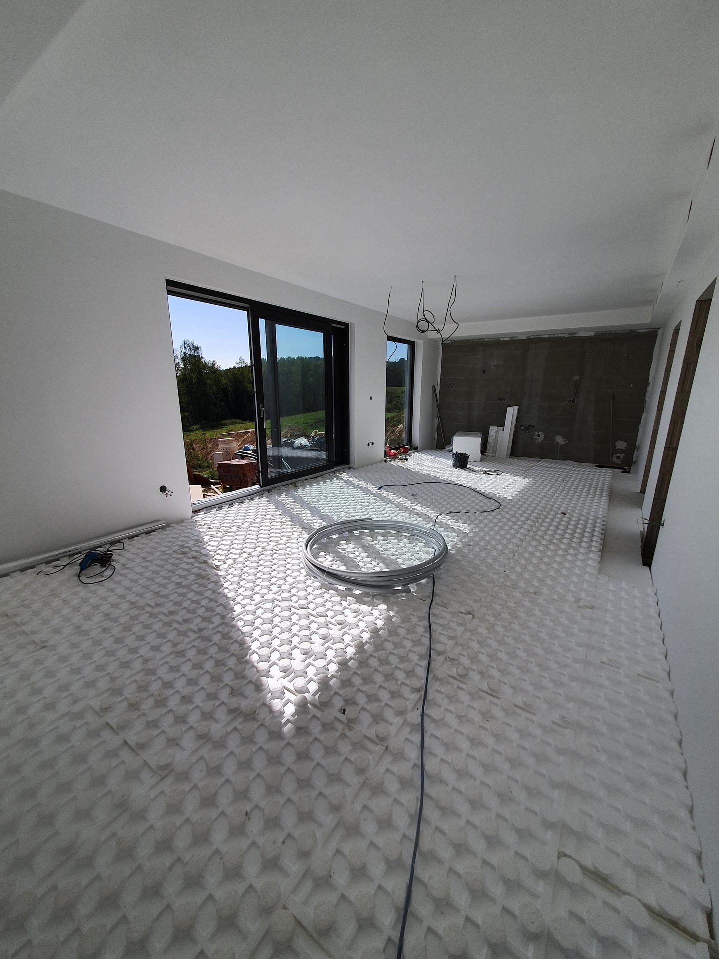 Pasivní domeček - Podlahový polystyreny téměř usazeny, v dolním patře budeme podlahové topení pokládat na systémovou desku