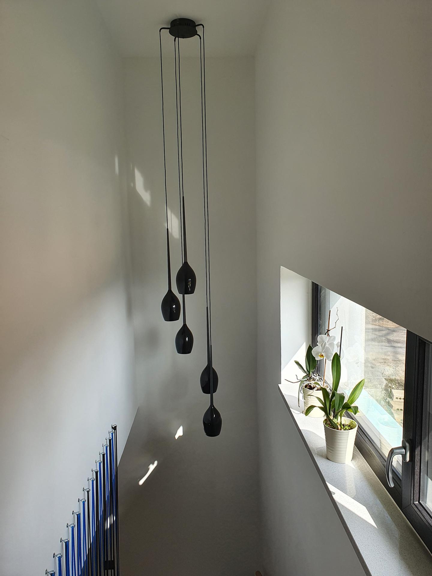 Pasivní domeček - Výhoda patrového domu, můžete mít takovej super lustr 😀