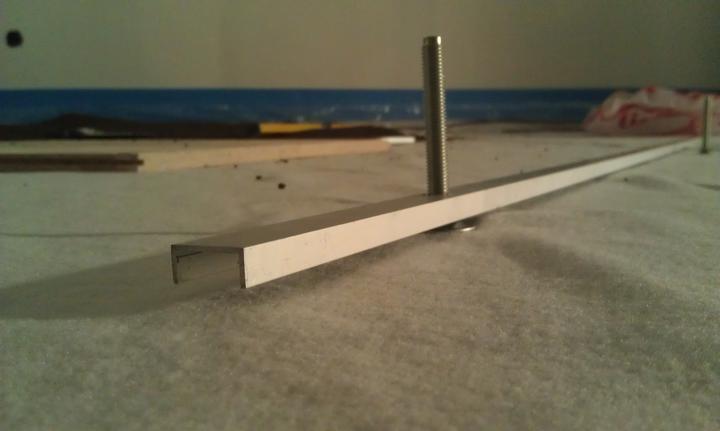 Podlaha - Z Al profilu a par skrutiek som si vyrobil pomôcku na nivelovanie podsypu