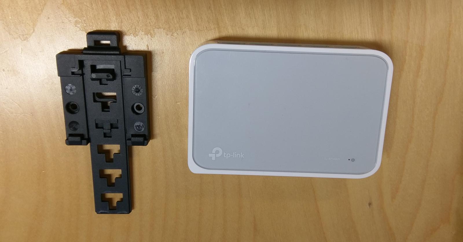 LogomatIQ - V krabici bude aj web server TC takze potrebujem nejaky switch. Priemyselne na DIN Listu stoja cez 100€, takze som kupil switch za 7€ a klip na DIN listu za 3€ :)