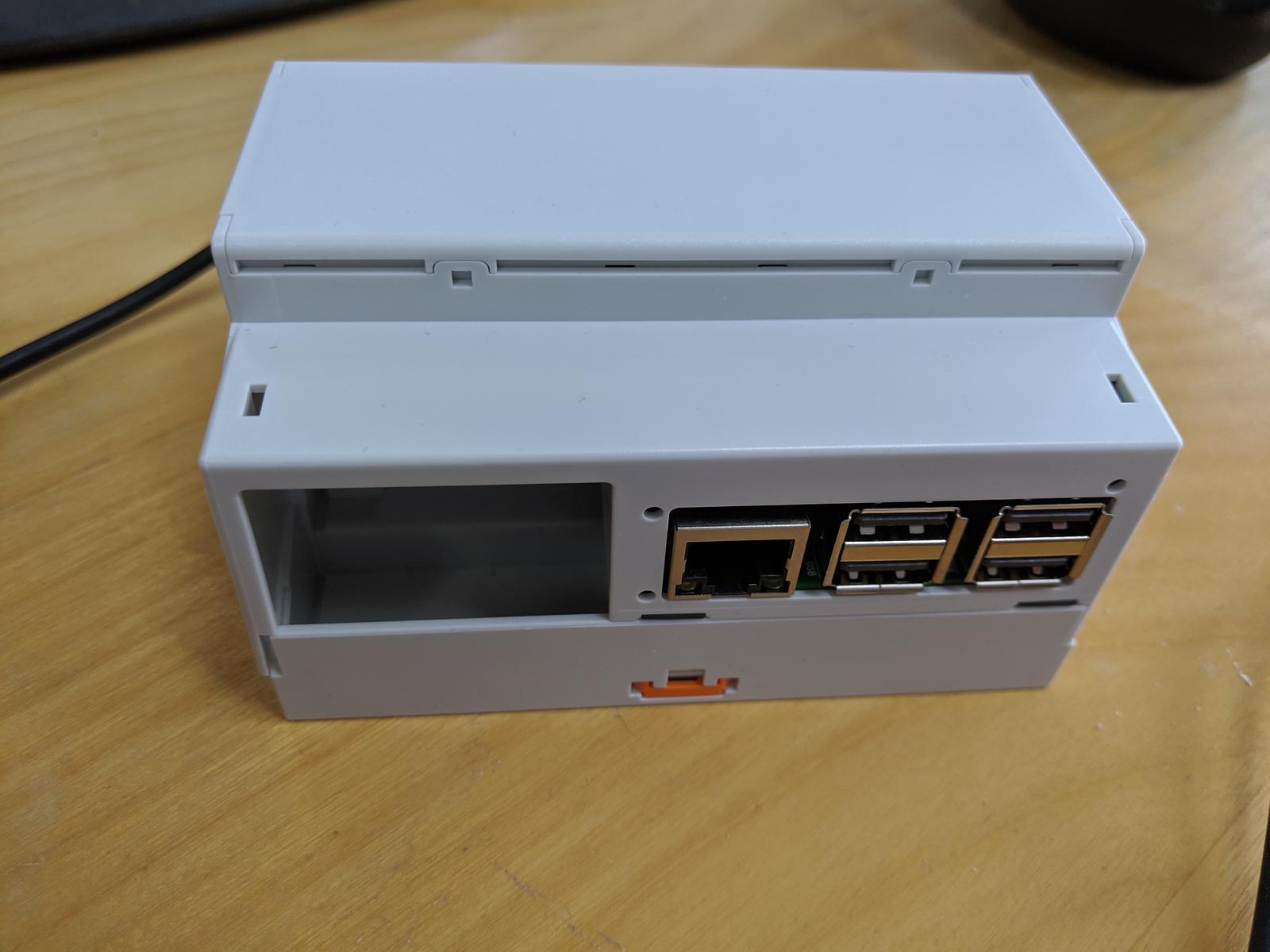 LogomatIQ - krabicka na DIN ma z jednej strany RPI3 konektory