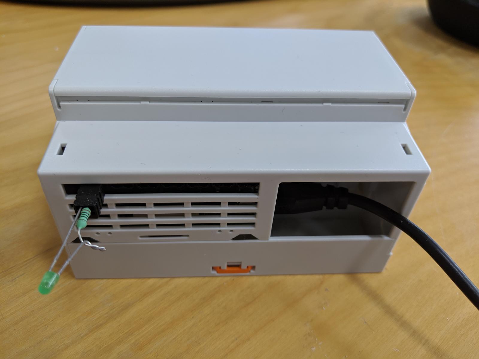 LogomatIQ - a z druhej je 7 kanalov na spinanie rele. Z boku su este konektory na rozsirenie cez I2C expander