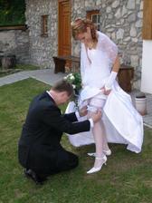 pri fotení mi spadol modrý podväzok, ženích musel naprávať a tak sa dozvedel, čo mám pod šatami :-)