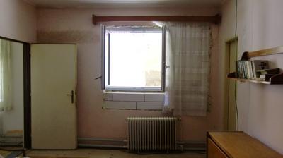 Babkina izba, okno sa vráti sa späť na väčší rozmer, lebo je tam tma, pod oknom bude pracovná doska a umývadlo - vždy som chcela mať umývadlo pod oknom. Mala som to aj v byte a bolo to super.