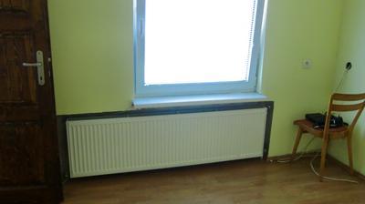 Okno v spálni, nepraktická tá veľká tabuľa, predelila by som ho na dve polovice, lepšie by sa vetralo