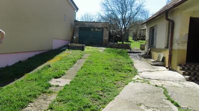Vpravo prerobená časť, pod ňou pivnica, vľavo garáž