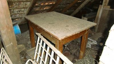 Stôl je celkom dobrý, len vrchnú dosku treba trošku opraviť. A má aj šuflíček..to je na ňom úplne to najlepšie