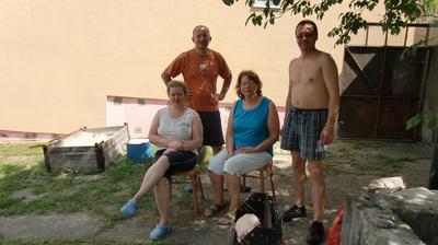 Grilovačka, manžel, moji rodičia a manželova mamina....Naša 2-týždňová dovolenka sa začína