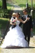 Svatební šaty s vlečkou a spodnicí, 36