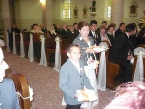 Martinko a Dominika s krížikom a obrúčkami v kostole