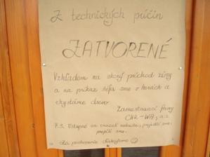 Takýto bol nápis na dverách nechceli nás pustiť