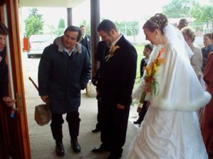 A keď nám otvorili musel manžel najprv drevo narúbať, keďže bola strašná zima.