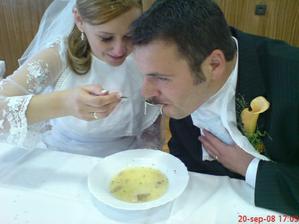 Svadobná polievka bola veľmi chutná, až na to, že sme ju jedli z jedného taniera a jednou lyžicou