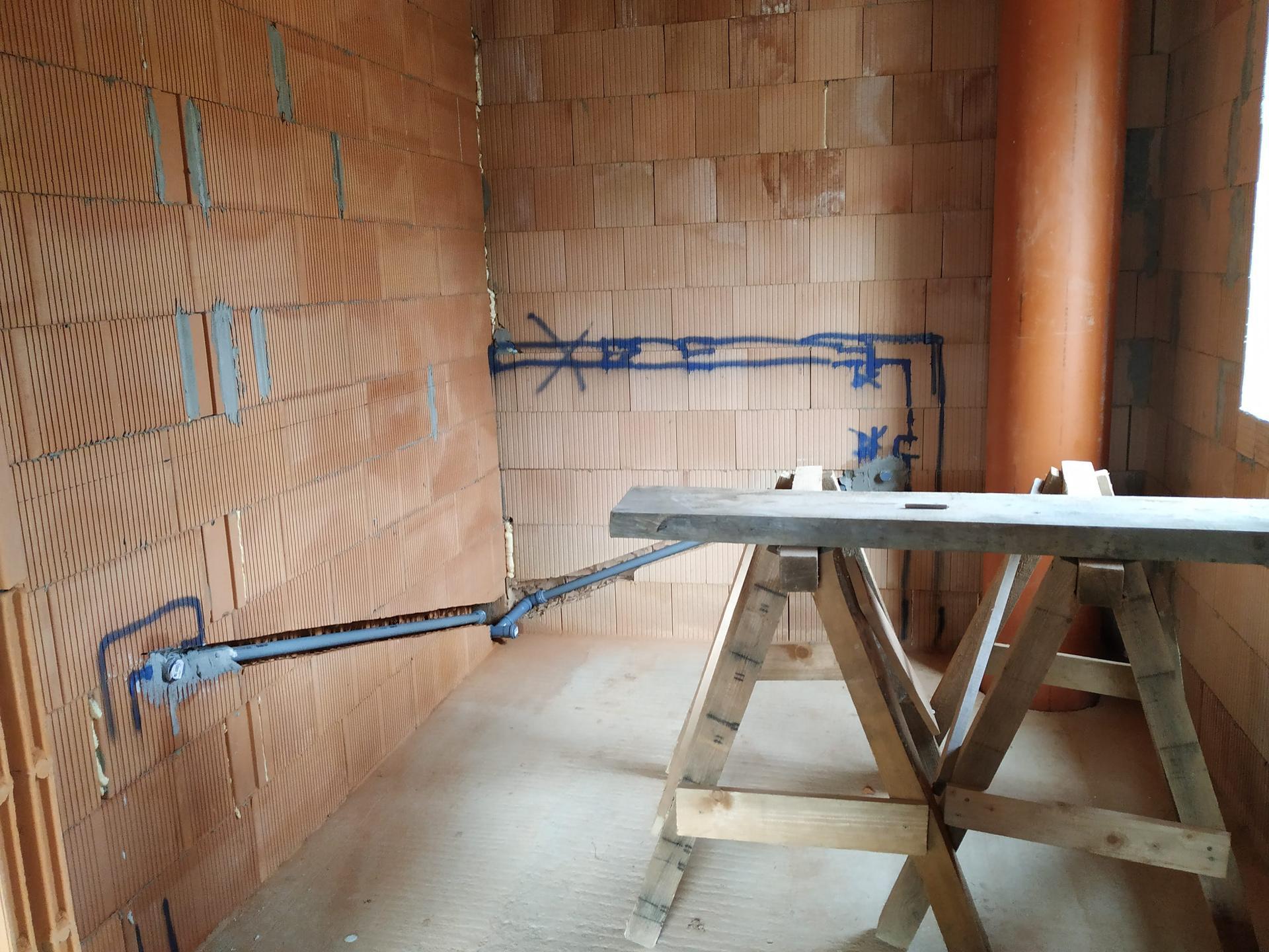 2020 Ze sklepa pod střechu a dál - Trubky pokračují i v koupelně