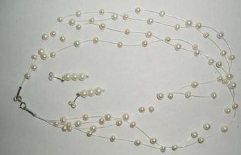 ...môj perličkový náhrdelník a naušničky...