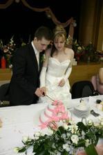 ...krájanie svadobnej torty...