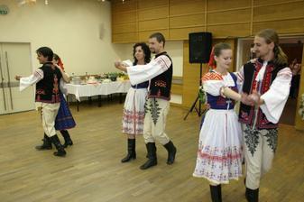 ...naše prekvapeknie pre hostí - predstavenie FS Dopravár, v ktorom tancovala aj moja sestra...