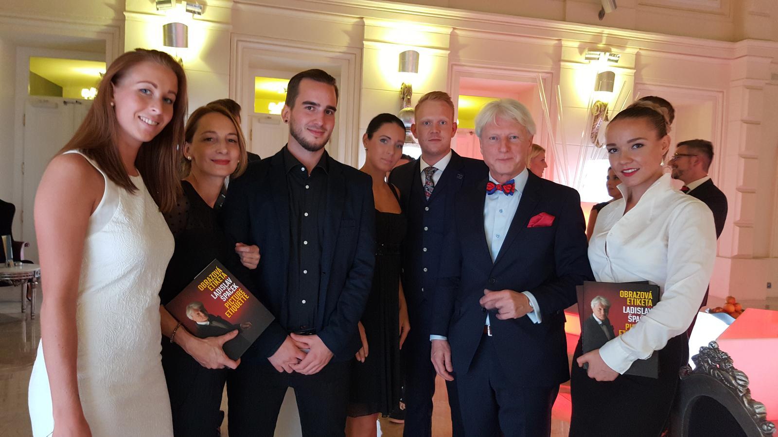 beebeauty - měla jsem tu čest podílet se na knize etikety pana Špačka. Líčila jsem až se mi od ruk kouřilo, ale výsledek stojí za to;)